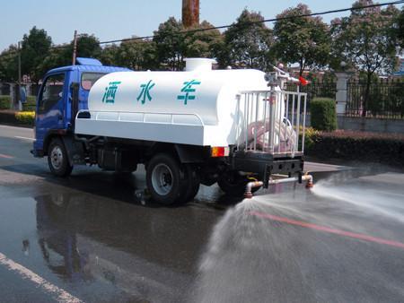 洒水车喷水出口: 前冲,后洒,后工作台高炮 , 前冲